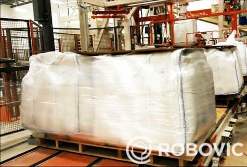 Les sacs de vrac sortent de la solution de remplissage de tote bag